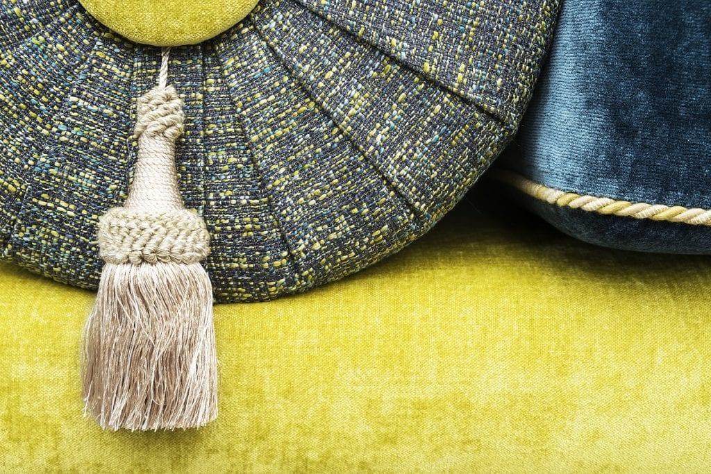de Oosterse casablanca bank met een zware en sterke velours fabric Pavia van Designers Guild#oosterse bank#casablanca#zware velours#fabric pavia#designers guild#made in holland