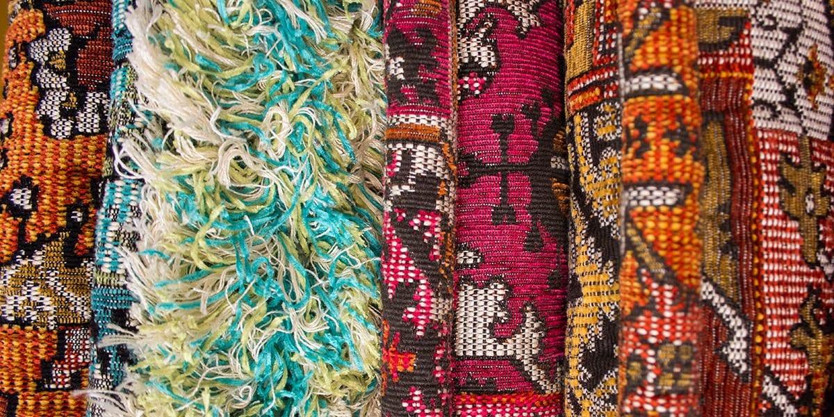 oosterse-achtige vloerkleden#marokkaanse vloerkleden#kleurrijk#casablanca bank#madeinholland#op maat gemaakt#wwarme kleuren#combineren met kleuren#op zoek naar een opvallend vloerkleed#opvallend#vloerkleed#eyecatcher