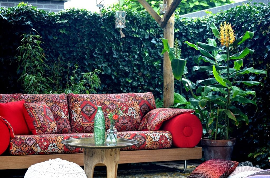 de casablanca bank in een hippies tuin van het rtl programma eigen huis en tuin#hippies tuin#casablaca outdoor#eigen huis en tuin
