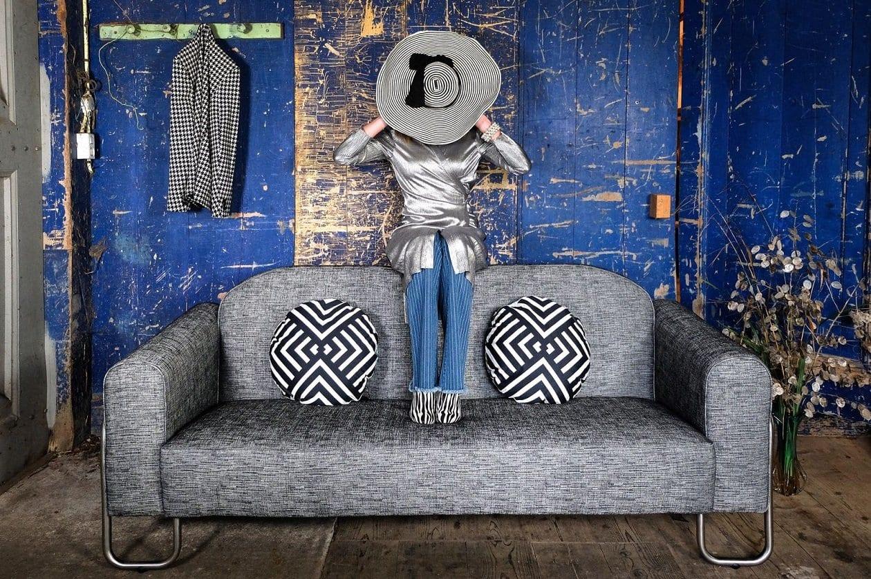 de gispen-bauhaus-achtige bank dyker 30 met de stoffen van designers guild en christian lacroix#gispen #bauhaus bank #designers guild #christian lacroix #made in holland