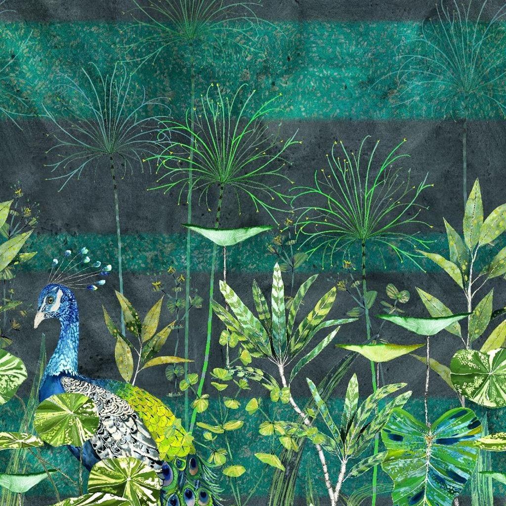 Arjuna leaf is een behang met een prachtig dessin van bladeren, palmen en groene tinten van Designers Guild.