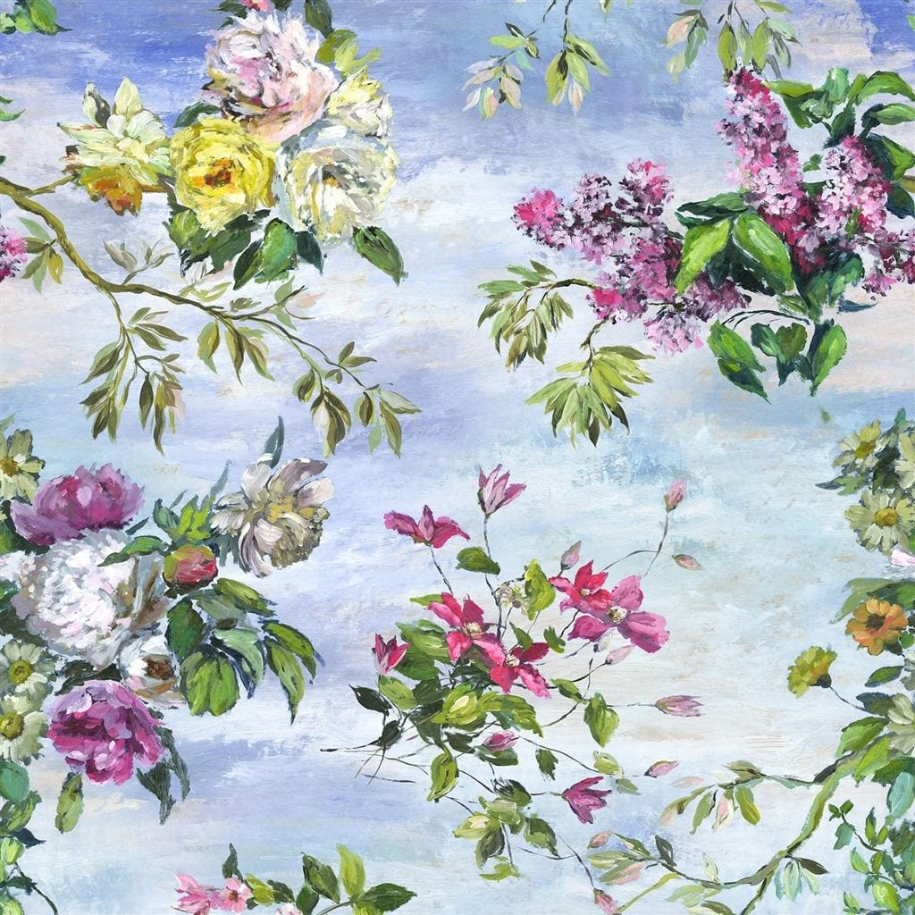 Een prachtig behang met bloemen en blauwe lucht van Designers Guild, Caprifoglio sky.