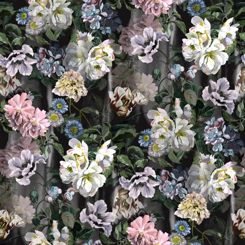 Delft flower grande is een indrukwekkende stof met bloemen opdruk, van Designers Guild