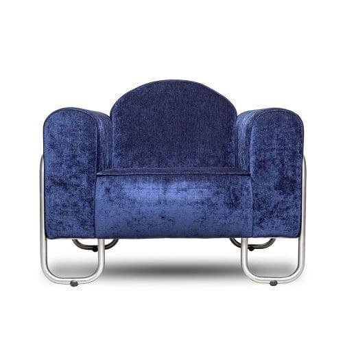 de donkerblauwe fauteuil dyker 30 in een velours van designers guild