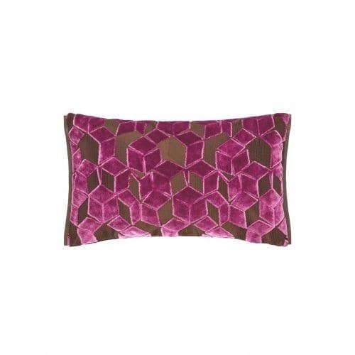 Een klein grafische kussentje in het okergeel, Fitzrovia damson van Designers Guild