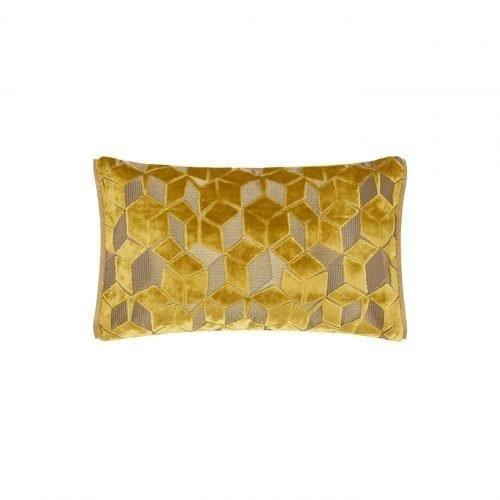 Een klein grafische kussentje in het okergeel, Fitzrovia ochre van Designers Guild