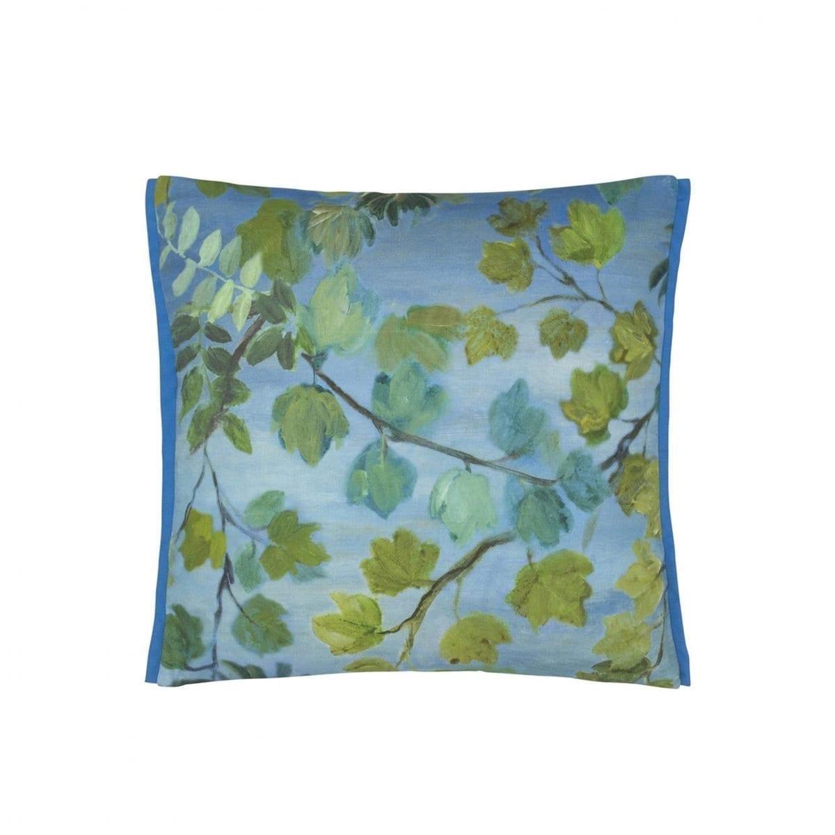 Giardino Segreto outdoor cornflower is een buitenkussen met een indrukwekkend bladerenpatroon in de tinten kobaltblauw en groen