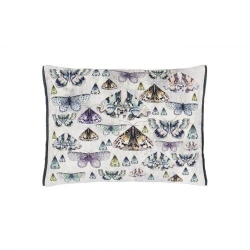 Het buitenkussen Issoria van Designers Guild is veelzijdige kussen heeft een opdruk van vlinders in grijze tinten.