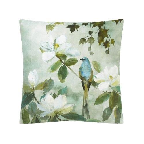 Kiyosumi Celadon is een prachtig kussen dat geïnspireerd is op het gelijknamige behang. Met een opdruk van magnolia bloesems en een vogeltje.