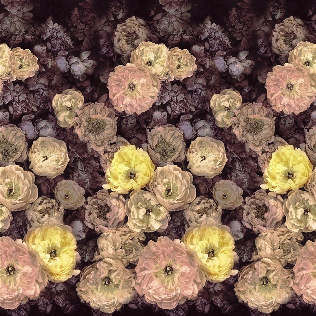 Het bloemrijke behang le Poème de fleurs van Designers guild