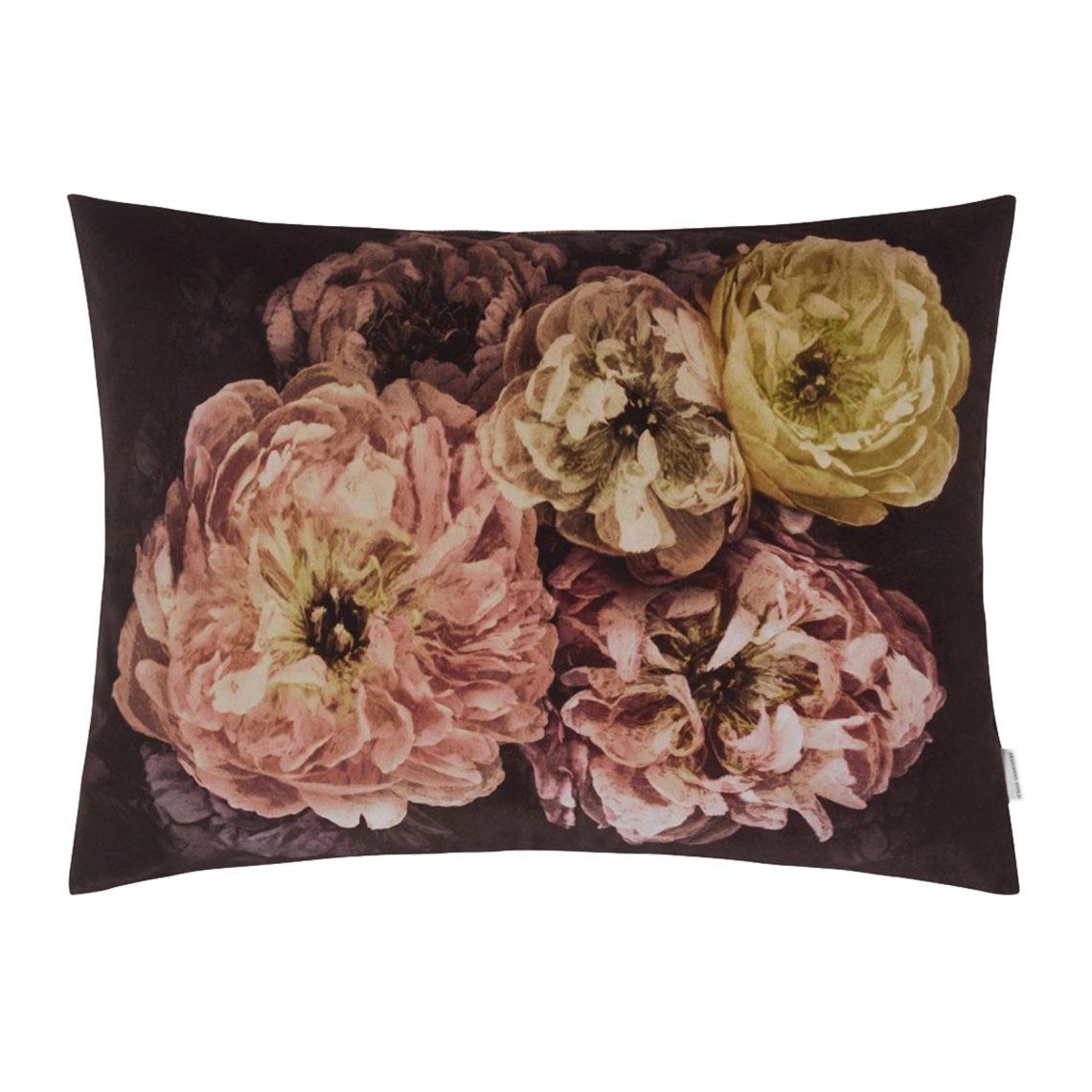 Grootschalige bloemen op een indrukwekkend kussen van Designers Guild