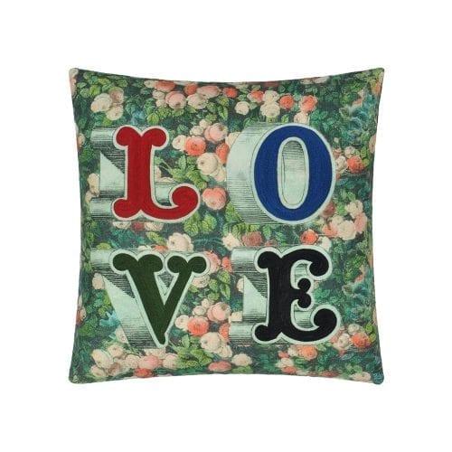 Een bijzonder kussen van Designers Guild, Love Forest. Met een opdruk van bladeren en het woord 'LOVE'.