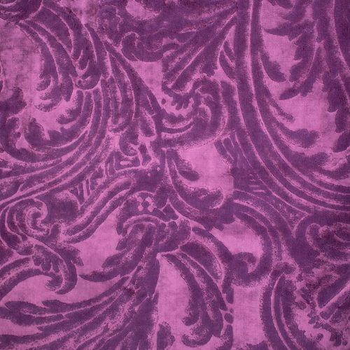 De prachtige paarse velvet stof Merelli damson van Designers Guild