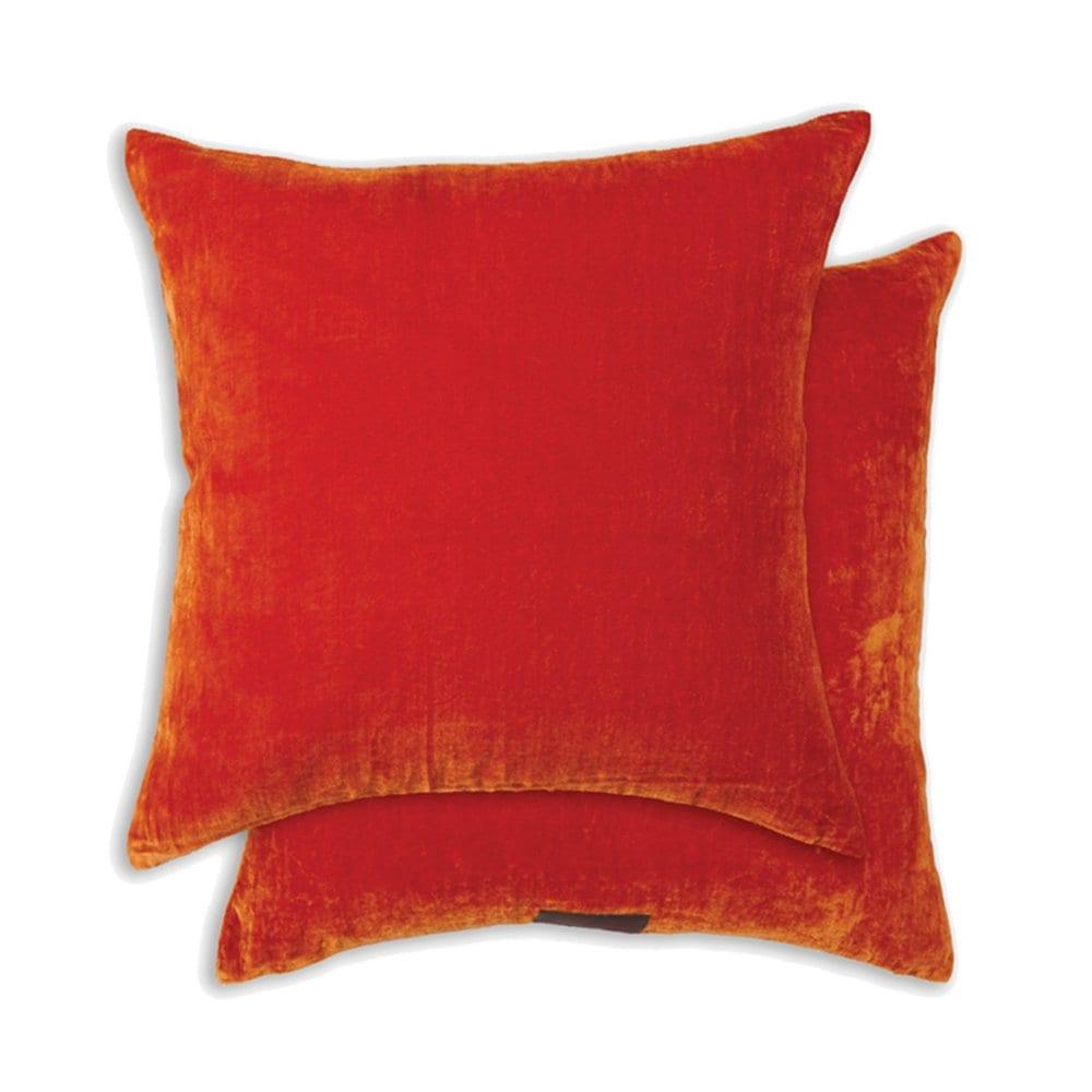 een oranje velvet kussen van william yeoward