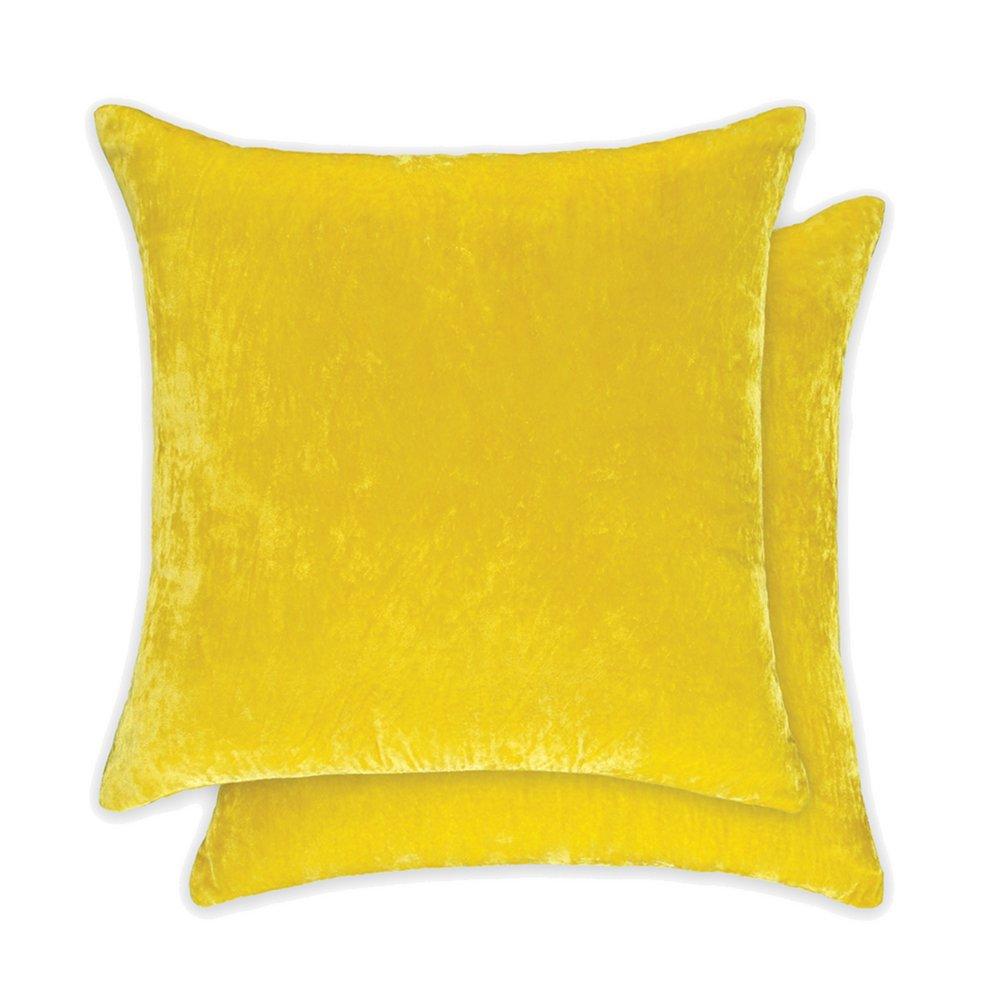 een citroen geel velours kussen van william yeoward