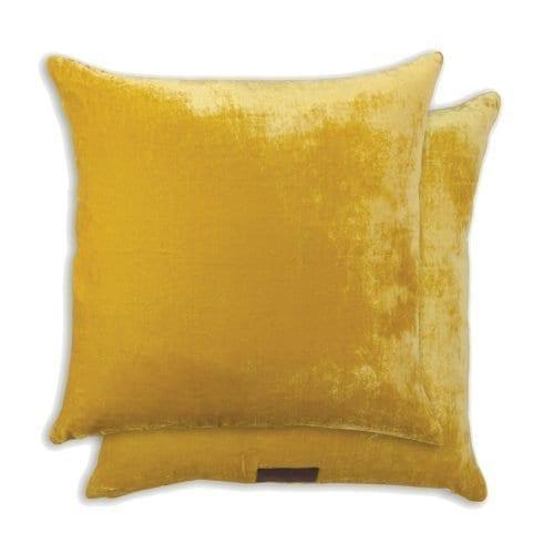 een mosterd gekleurd velvet kussen