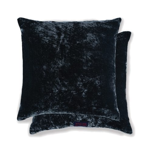 een donker blauw fluwelen kussen van william yeoward