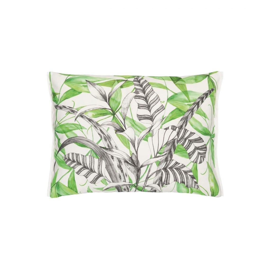 Het buitenkussen Palme Botanique emerald van Designers Guild is een prachtig kussen met een opdruk van palmbladeren.