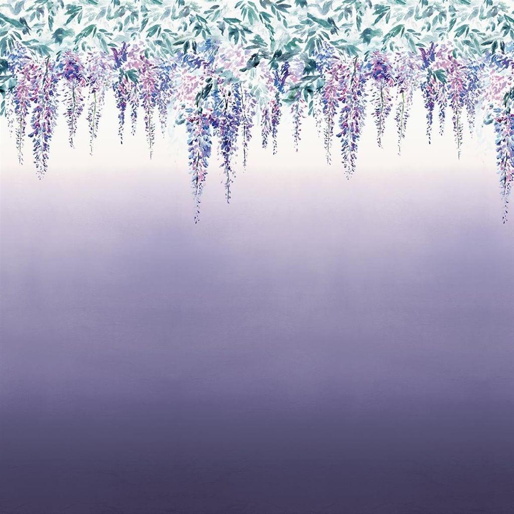 Summer palace grape is een bijzonder behang met een kleurverloop en dessin van hangende bloemen.