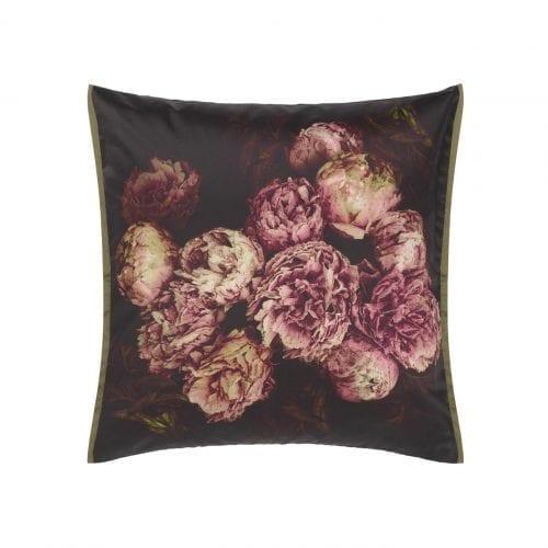 Een luxe kussen met donkere pioenen van Designers Guild, Vespertina sepia