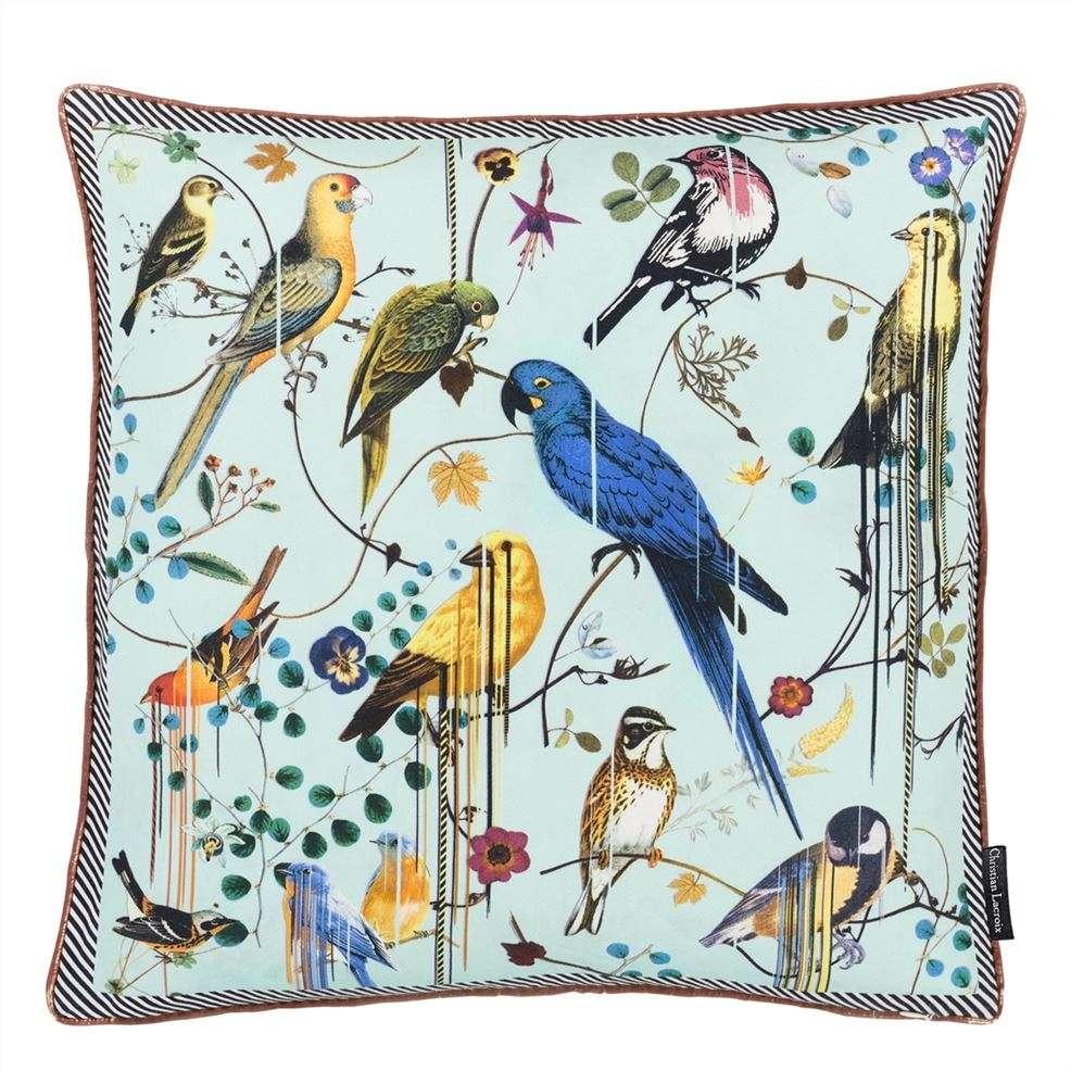 een kussen van christian lacroix met exotische vogels
