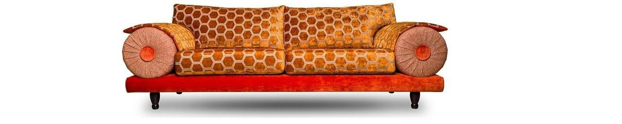 de oranje casablanca bank met de manipur stof van designers guild