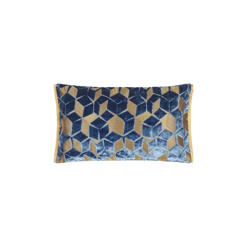 Een klein grafische kussentje in het okergeel, Fitzrovia cerulean van Designers Guild