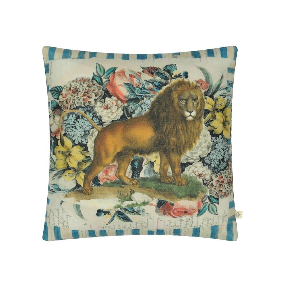 De opdruk van een leeuw, omringd door prachtige bloemen, het kussen, Manes Delft van Designers Guild. De achterkant is even bijzonder met een opdruk van een paard in de wind.