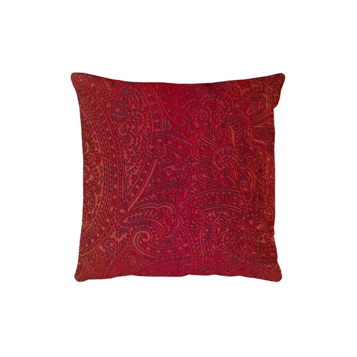 Een prachtig glanzend kussen in de stof Nebbiolo rood van Dutch Seating Company