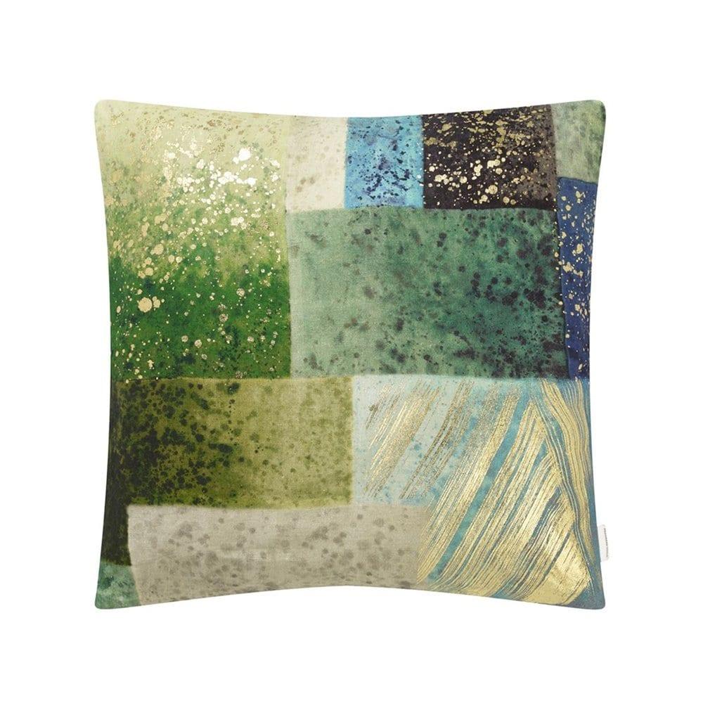 Een prachtig blauw/groen kussen met gouden details van Designers Guild, Parterre Geo Emerald.