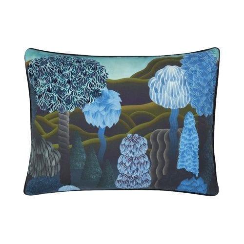 Songe d'été - Marais is een bijzonder kussen van Christian Lacroix. Met de opdruk van een fantasierijke zomernacht met blauwe bomen.